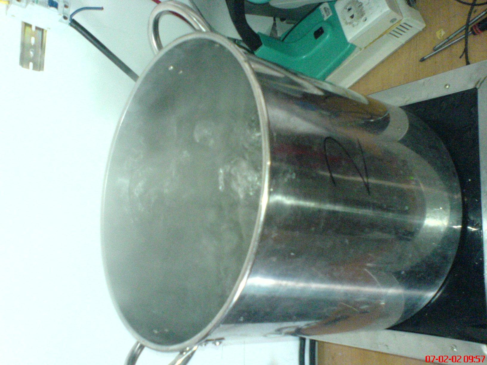 电磁热水器就是电磁炉加一个加热器(水桶)