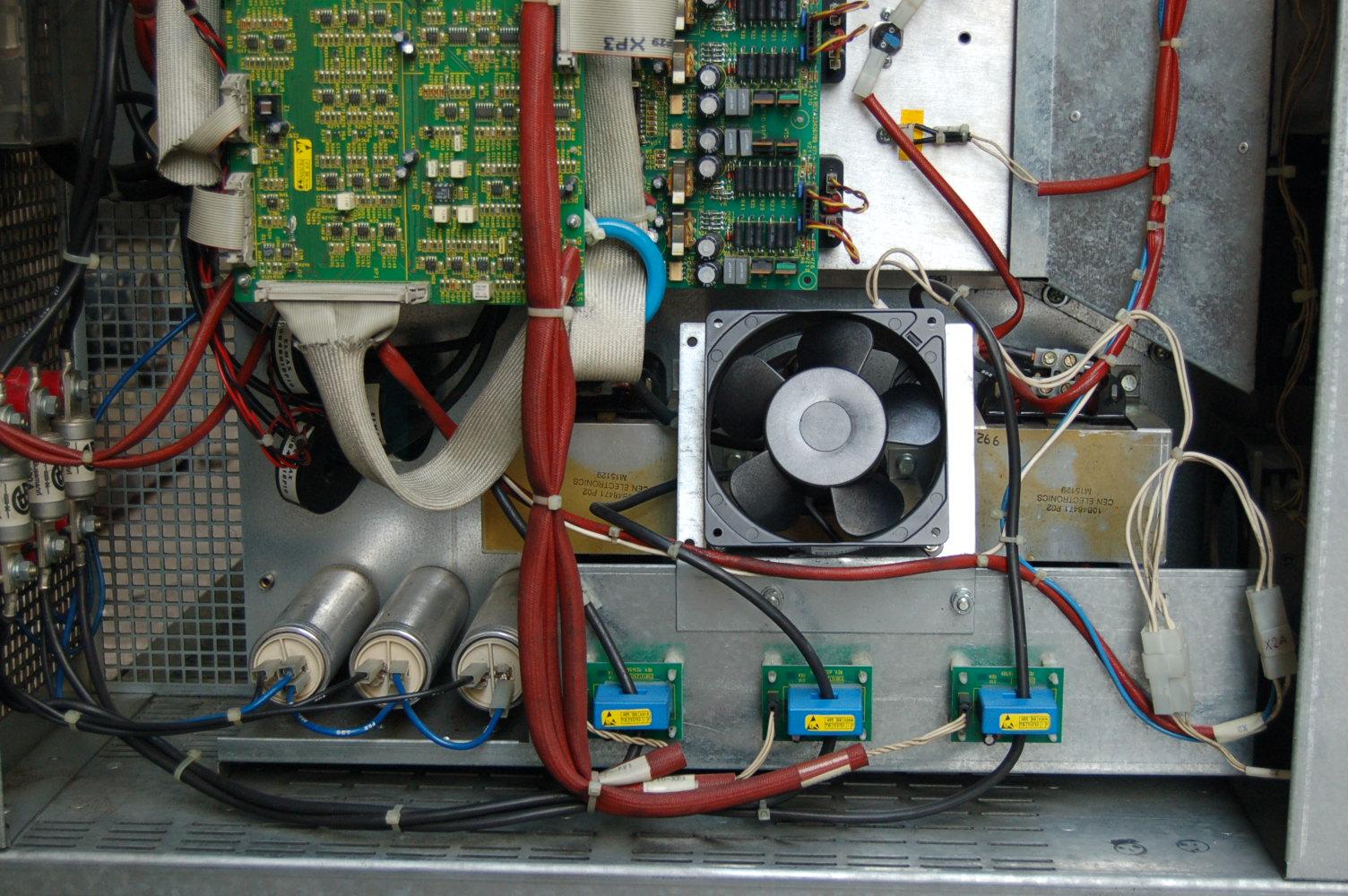 仔细一看那几个大的原来是电感,呵呵.不知道用的什么磁性,用在这上面不发热. 不知道他的功率主TOP是怎么样的. 看到那个大的电感,感觉极有可能采用的是SVPWM调制 ,另外他的DC240输入,要出来380V,没有升压的,应该做不到,但是升压的部分在哪里呢?使用什么方式做的升压的呢?