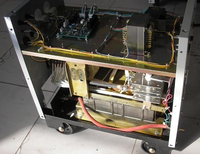 快速引弧的抽头二保焊机NBC-350. 二保焊机在引弧时.焊丝向下送进与工件接触发生短路.电流突变上升.在这个过程中接触点的功率必需在增到最大值之前把电弧引燃! 如果不引燃.焊丝爆断.就是常见叭叭爆丝.焊接开始不顺利或缓滞. 通常1.0的焊丝比0.8引弧难一些. 改善的办法增高电流上升率.
