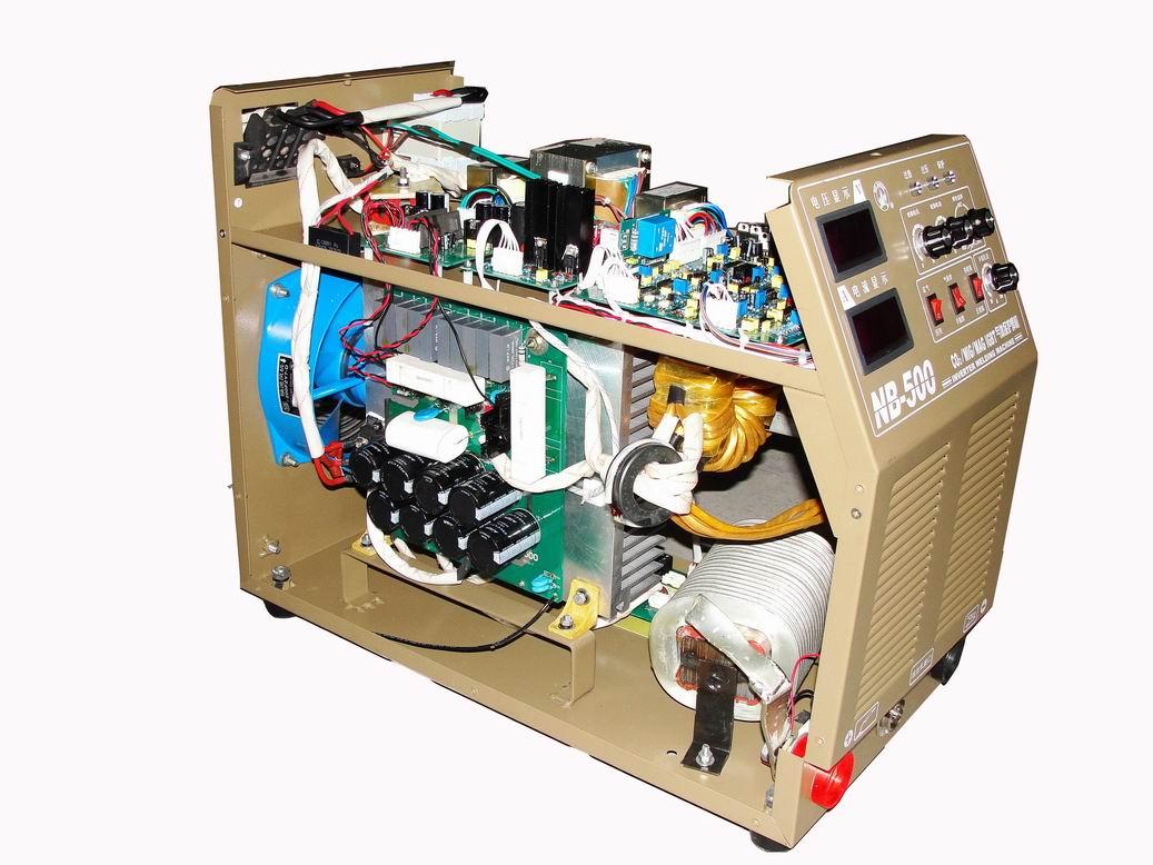 """最上面的照片是我的第一代控制板,采用从输出电抗器上取样,参与PWM控制的方法,来控制短路电流上升的速率,以及燃弧期电流下降, 并且电路上限制了短路电流最大值. 焊接效果在""""电压"""",""""送丝速度"""",""""电感调节""""三个电位器搭配良好时,飞溅很小,成型良好, 不过卖了不少出去后发现一个问题, 不少焊工对三个电位器的搭配难以掌握,所以, 所以有少数用户反映飞溅大的问题, 我到现场为他们重新搭配好后, 他们才说还蛮好用,然后他们就在所有刻度上做记号,说以免又调乱了, 但这说明一个问题,最佳工作点比较窄, 没"""