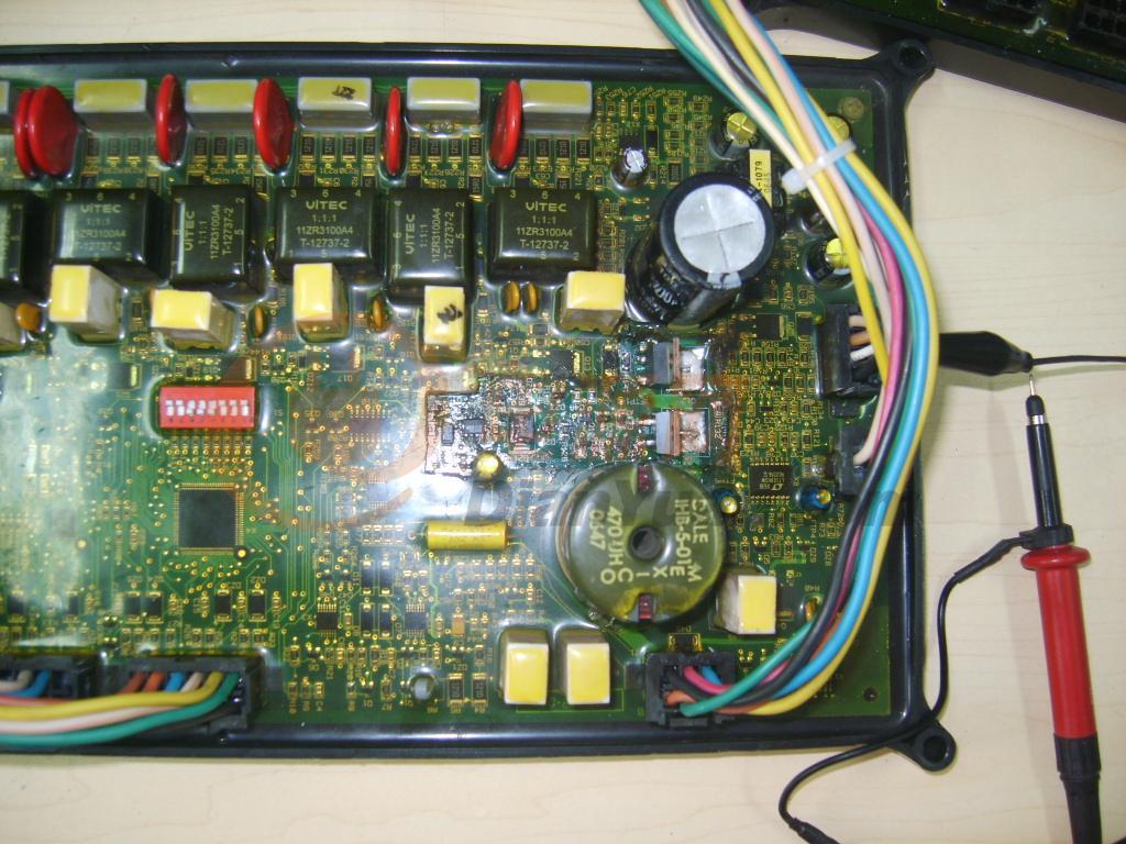 维修检测完毕,重新对维修部分做绝缘密封。将密封材料更换为704绝缘硅胶,虽然不透明,但较原树脂容易去除,方便以后维修和检测。为提高控制板维修后的使用可靠性,维修过程中更换的易损元件在耐压和电流通过等参数上都提升了一个等级,比如原送丝和刹车MOS都是使用的45A/100V,维修时将其更换成了59A/100V的。另外将该两只功率MOS的散热片由原来的密封状态改为非密封状态,以便其能与空气直接对流散热,带送丝电机连续满负载老化1小时后,手触散热片仅微热。较低的工作温度能大幅延长功率器件的使用寿命。