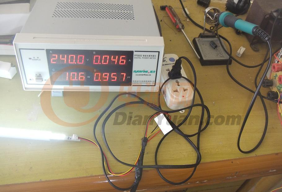 5W筒灯,运行15分钟,温度探头放入开关管集电极,温度达到62度,估计压紧后有75度。电源细图如下图:市场购买的电源连简单的填谷电路都不加上,功率因数太低了,也就多加0.2元的成本都不愿意,实在是想不通!