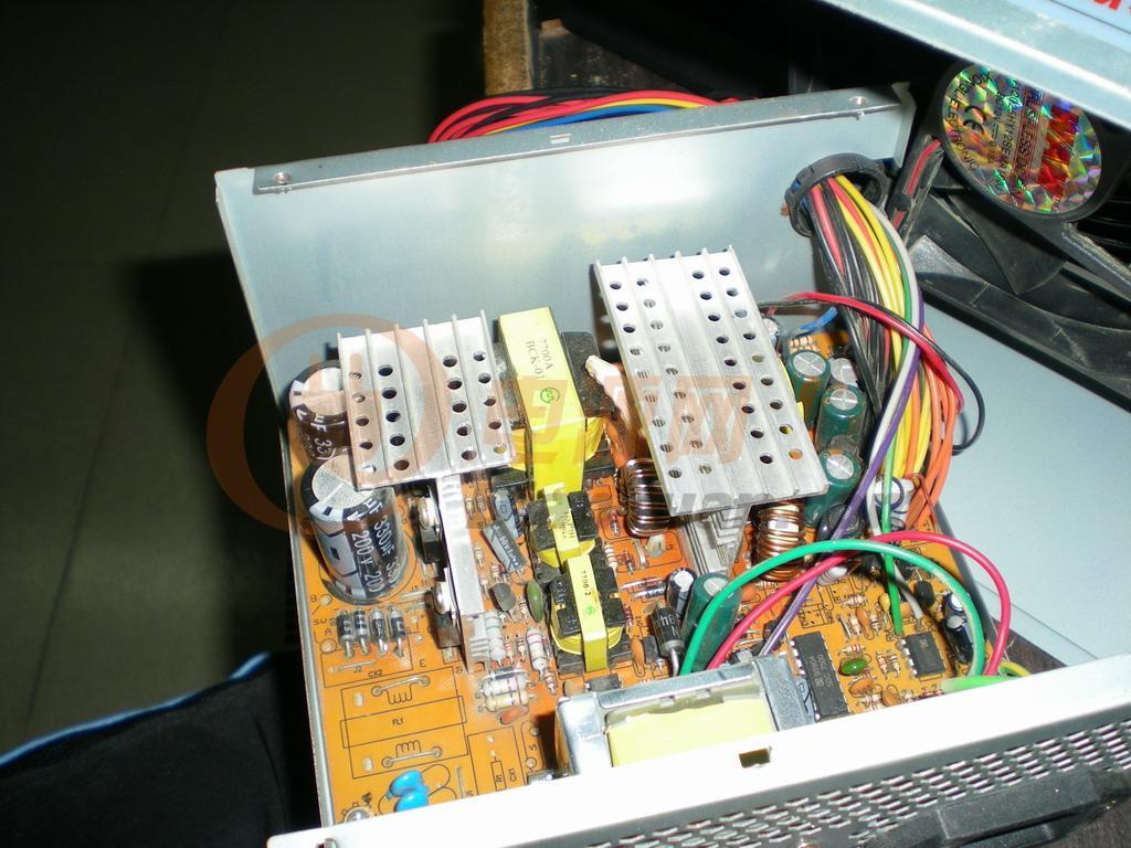手上有一堆电脑电源,好的坏的都有。拆了几个高频变压器,从好点的电源(长城,航佳)上拆的,标称250W(相比标称350W的杂牌机变压器大些)打算用两个次级串联再全桥,请问:初级好像有人搞过会单边发热,我搞了两个一样的变压器用5V的那对绕组当初级,初级并联使用,不知不用PIN到PIN的并联,而使用两个5V端对调后并联(两个变压器原来的地端线并联接12V电池正端) 不知道我有没有表达清楚? 这样能不能解决单边发热的现象?