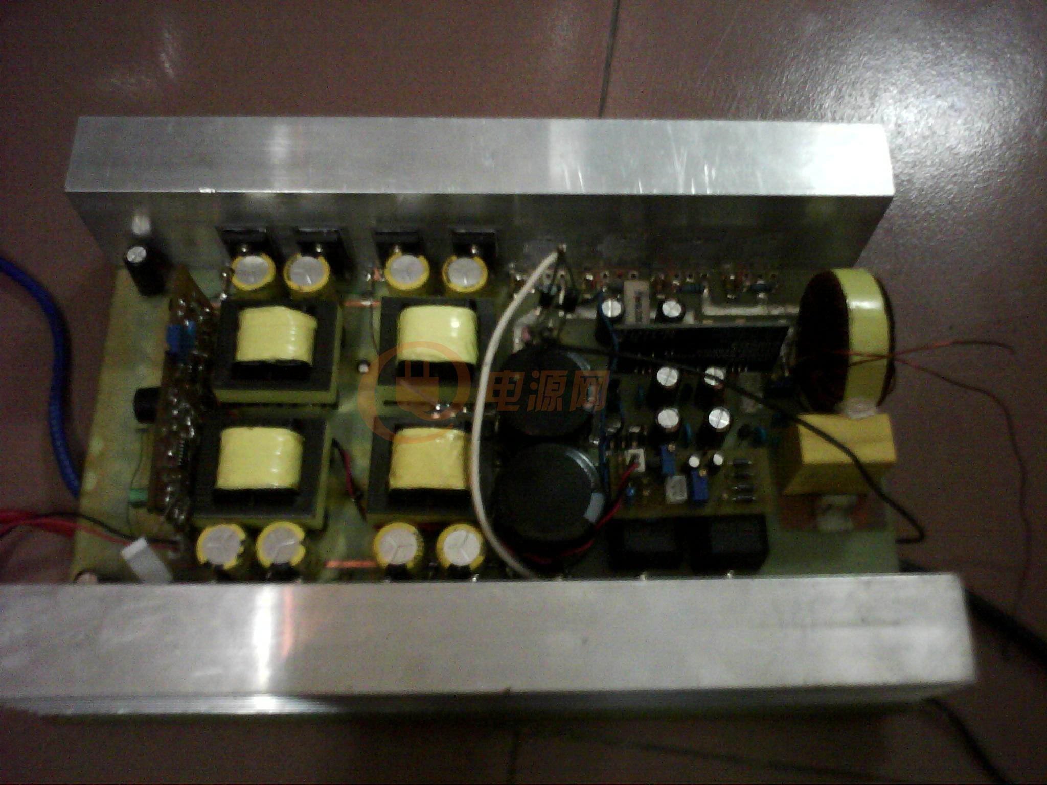 但是现在出问题啦,如下: 1.把100W灯泡去掉,装上10A保险丝。通电5s保险,输出桥全部坏啦。 2.把4个桥拆掉后,在高压滤波电容处接上25W灯泡后测电压480V。不知是不是电压太高造成。 3.调节3525反馈电位器把电压调置400V,前级变压器发出吱吱声(480V时没有问题,空载电流180MA) 4.