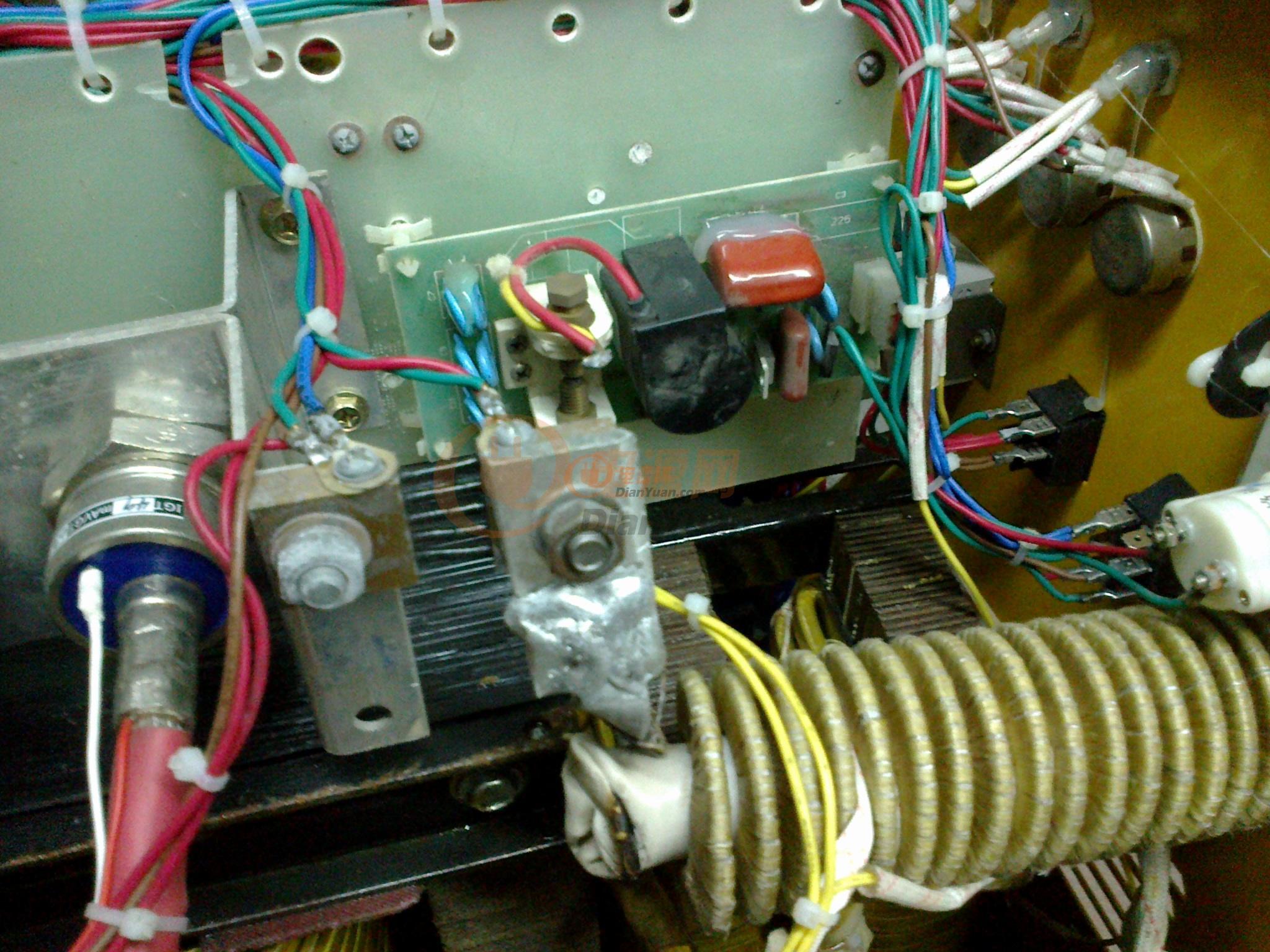 现有一台WSM-250的氩弧焊机用的以下线路板,出现的问题是:在焊接的过程中会不定时的出现电流突然增大的情况,线路板都有换过新的也和旧的没有问题的机对换过,可控硅也换了,现在就是不知还有哪里还能影响电流了,望大侠们帮忙分析下是哪出了问题