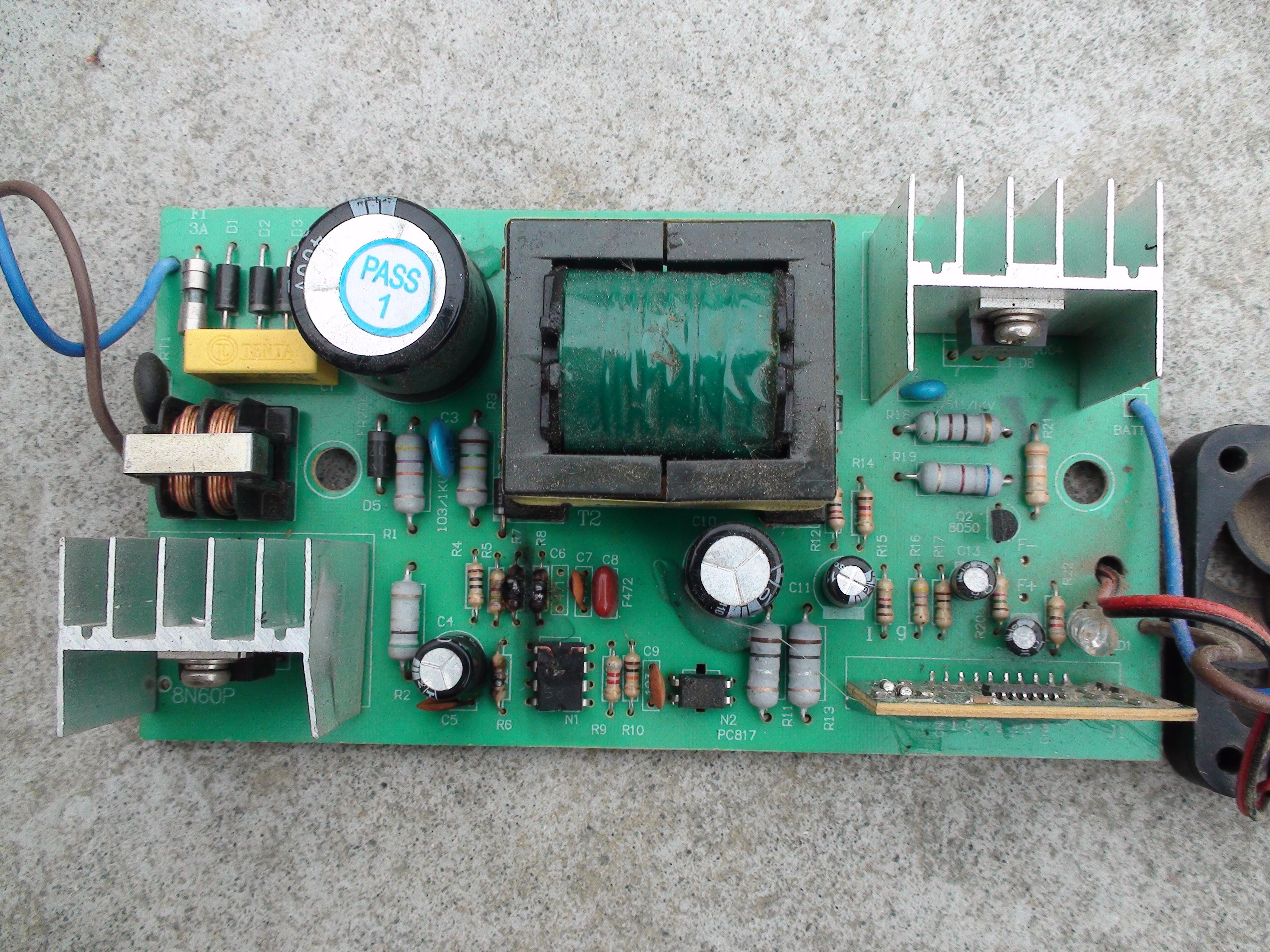 一电瓶车48v充电器一集成块和几个电阻烧黑看不出型号图片