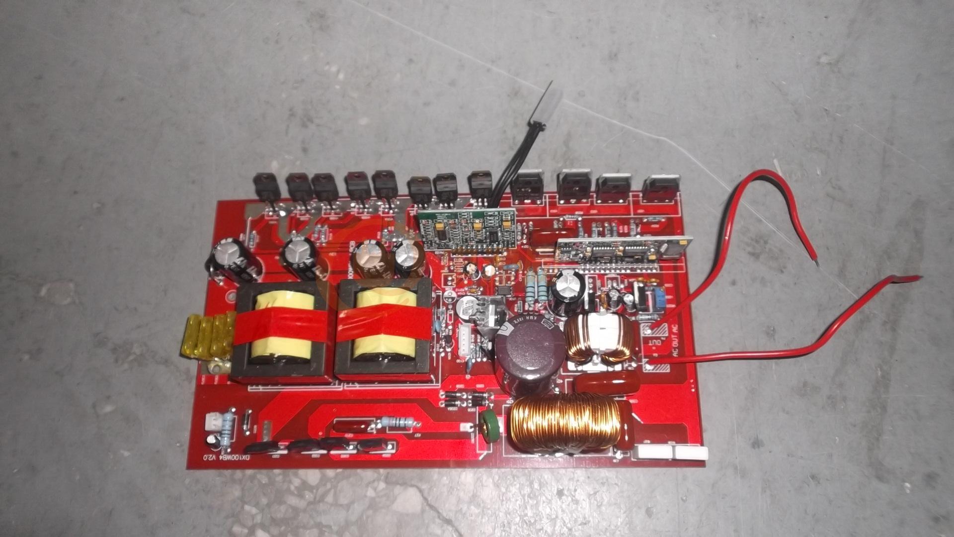 采用了EE55 4个大变压器,多层板设计。采用了24个IRFP247封装的大电流,低电压的MOS管,采用了2对60A/500V,高压 高效整流管,采用了2个低导值的大铁硅铝作为输出电感,采用了高温、高频低阻长寿命电容,确保产品使用3-10年.前后级采用了单片机独立控制。采用扁平大铜带绕制的高频变压器,过电流猛。3000瓦正弦波 100%足功率,瞬间功率高达5000瓦。峰值功率1万瓦。独家版权,本人设计。需要的请来电咨询 13660349531,QQ408353538 逆变器做好,关键是用料的讲究,不懂用料