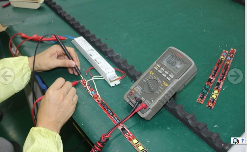 兼容镇流器led日光灯电源第四代已经完成,ET-L830F-XXX充分做到对镇流器的高兼容性外,已经良好的考虑安全问题,例如保证双端兼容镇流器的同时,安装过程中单端供电,另端被触摸到的安全问题。 单端接入镇流器(供电)另端对地(模拟人体触碰插针)漏电压6.39V  非供电端2针间电压测试0.
