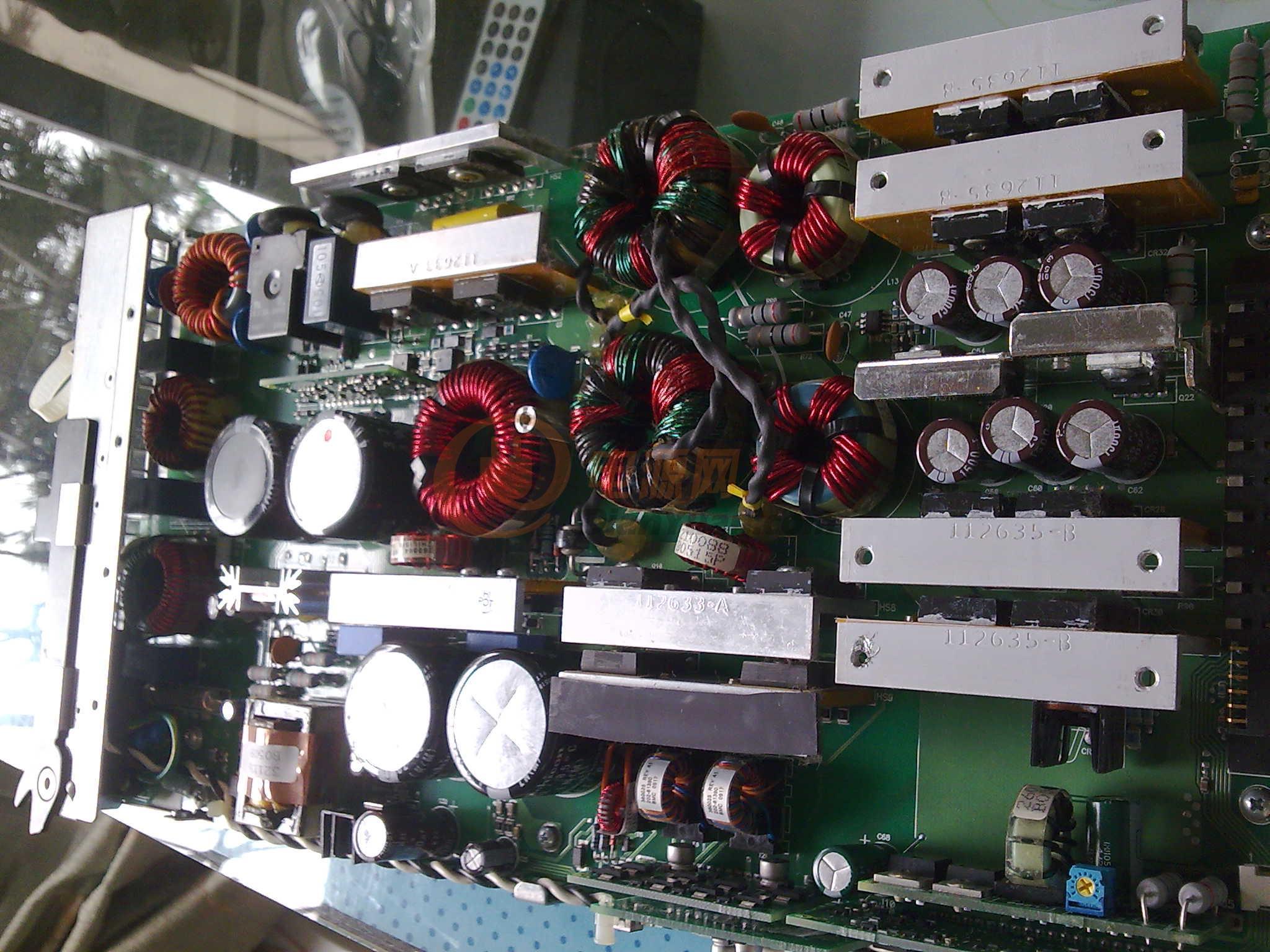 此电源前级整流用了两个整流桥并联,由L4981AD+一个大磁环+三个STW14NK50D+3个松下1个化工大电容做功率因数校正。UCC3895DW+两个环型主变压器+8个STW14NK50D做移相全桥,输出也用了8个超大整流管,6个化工1500/25V电容。