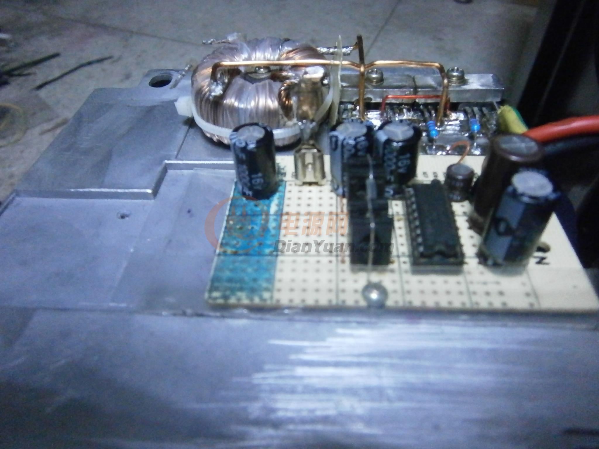 又翻出了一块lm3886正好做全分立件地方有点放不下,由它来推动MI15022/23试试如何,暂时没接功放管,直接用3886带4欧的低音音箱再接一个全频(串20ufcbb电容)试了一会儿,最大输出有15.6v基本上与其说明书所标功率符合,但明显感觉有失真,且发热严重,偶尔有瞬间关断保护,这可能与负载阻抗太小有一定关系,电源不成功,60多瓦输出就有5伏的晃动,看来不是线径细了,就是磁芯不行,想换成非晶芯试试一会先接功放管再试试。