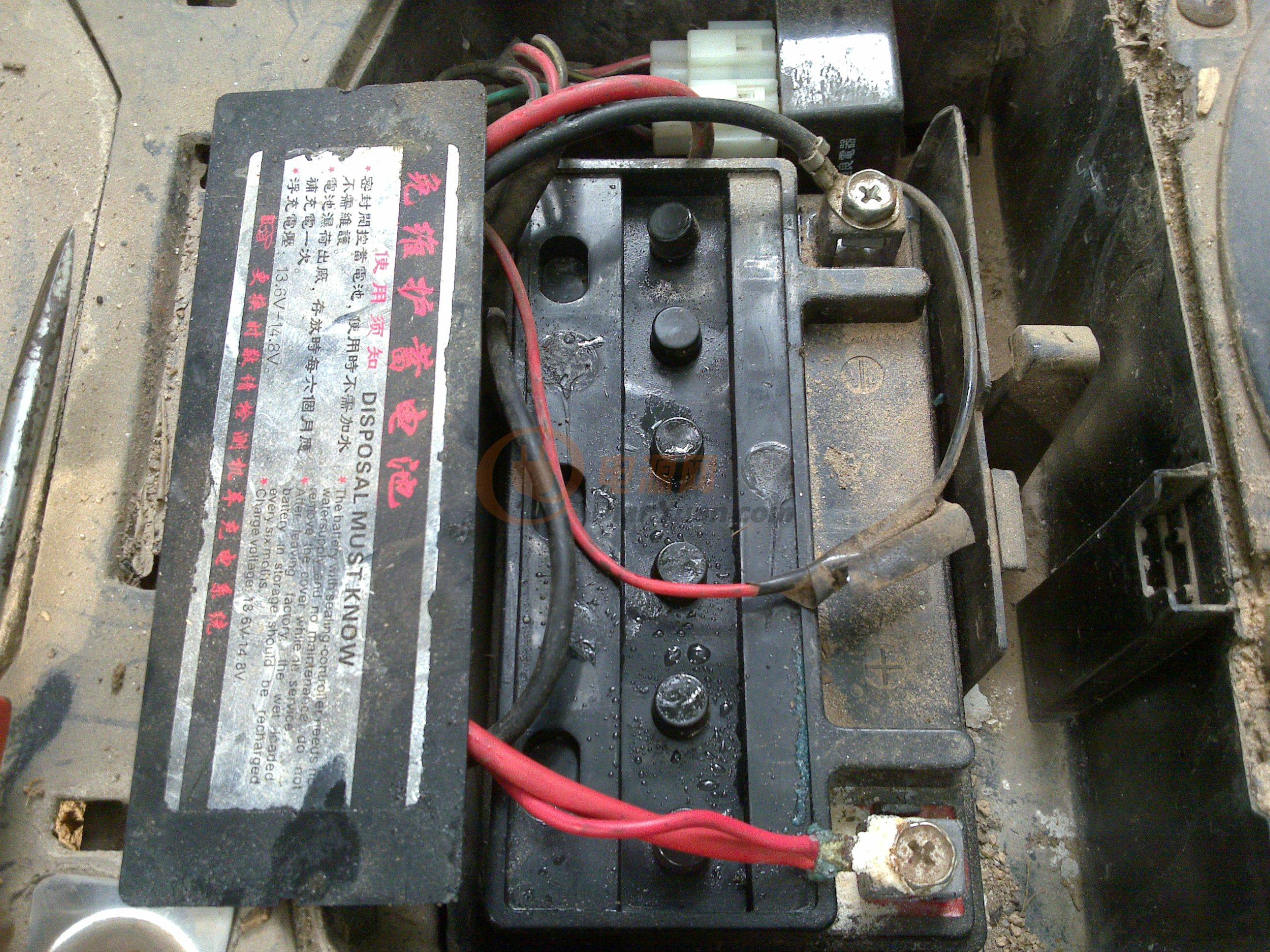 干电池本身就有水的,只是比较少,(干电池的优势就是比水电池轻便,不像水电池那样体积大装很多电池水)经常充放电水很快就会干,但它的真正寿命还没有终结,乡下村子里人摩托车老是打不着火,牵到圩镇上去给充了2个钟立马能打火,第二天又不能打火,拆开给12V10A电池足足注射10针筒电池水,充电4个钟,已经使用一年左右没有问题,这台女装摩托买了3年换了4个电池。根据我帮村子里人检查的摩托很多都是干电池没水了,不能发生化学反应,所以不会充放电,试想里面的铅板没有电池水怎么会发生化学反应?干电池只要没有鼓包变形,或者被短