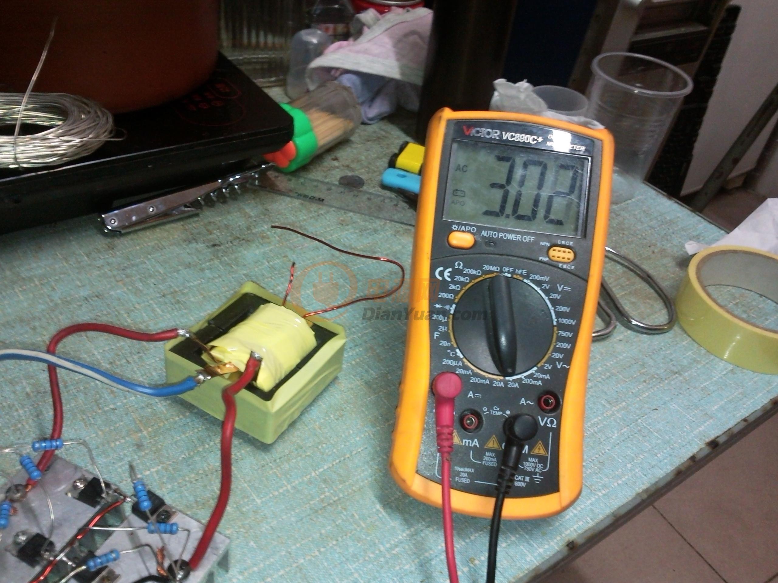 显像管的我没有试过,但是等离子的开管变压器是不行的,我试了3个把它磨平了3T+3T0.65*6 次级70T0.65电流达到6.8A 2T+2T还炸管 一气之下,下午去买了俩个EE55B的还是一样的绕法(老寿的那种绕法)用2T+2T0.3*0.33 次级70T1mm 空载180几ma 带载串4个150W的灯泡10多分钟3对功率管温度50度左右, 但4平方的电源线给烧软了皮 不知是线不够粗还是其他问题 先不管了明天还要上班