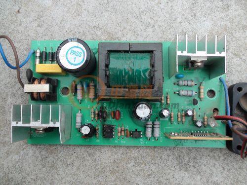 一电瓶车48v充电器一集成块和几个电阻烧黑看不出